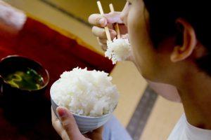 茶碗の白米を食べる様子