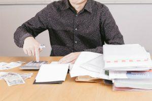 税金の整理をする男性