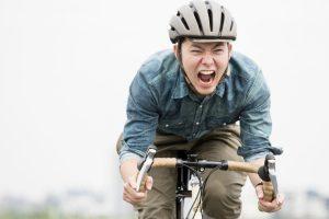 自転車を急いでこぐ男性