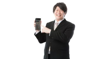 電卓を持ち笑う男性