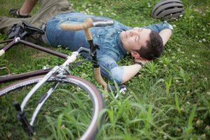 サイクリング中に休憩する男性