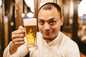 ビールジョッキをもつ男性