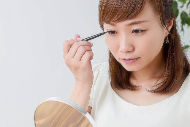 お化粧・ケアする女性