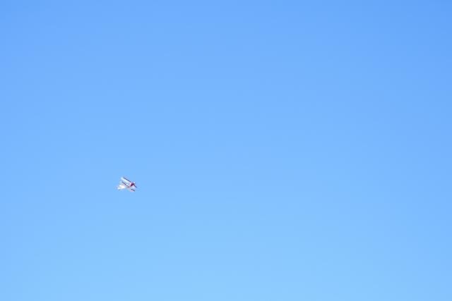 雲ひとつない空に1つの飛行機