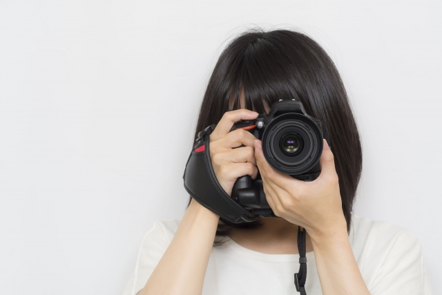 一眼レフカメラと女性