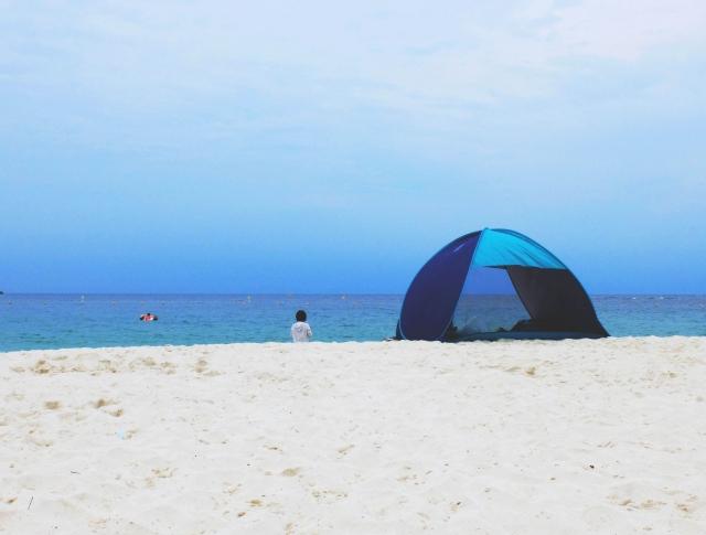 浜辺でテント